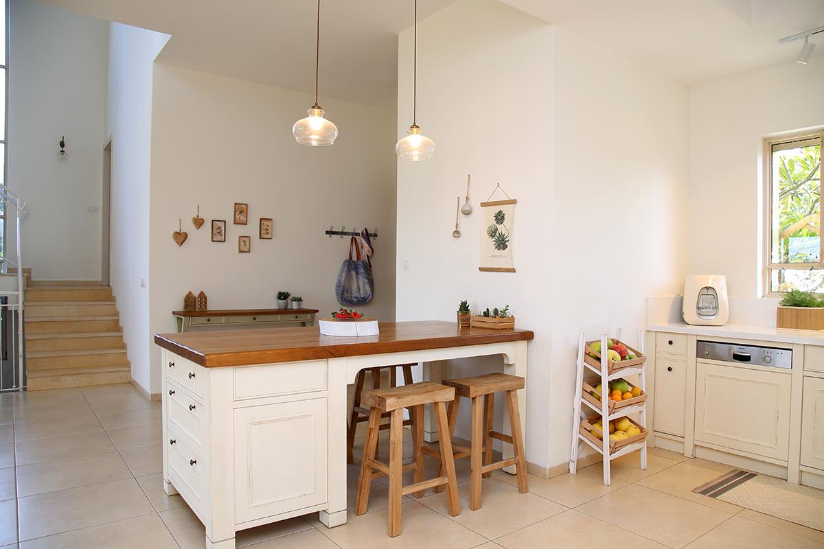 גופי תאורה מעל אי במטבח