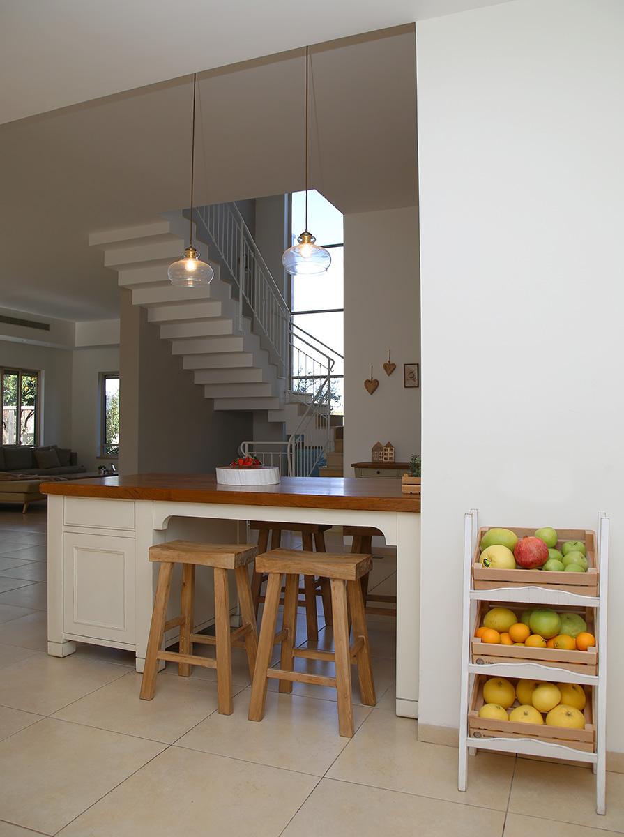 שרפרפים מעץ לאי במטבח