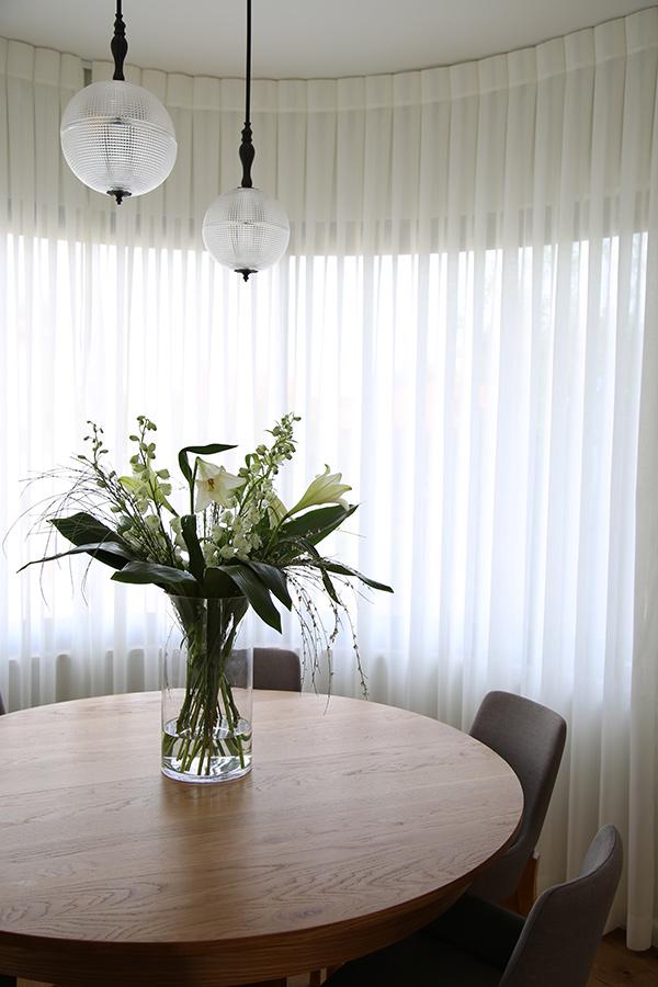 גופי תאורה מעל שולחן אוכל