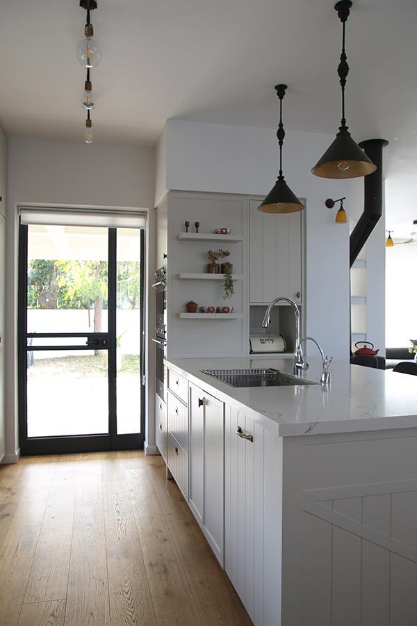 מנורות תלייה מושחרות לאי במטבח