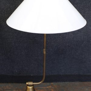 מנורת שולחן אהיל קונוס