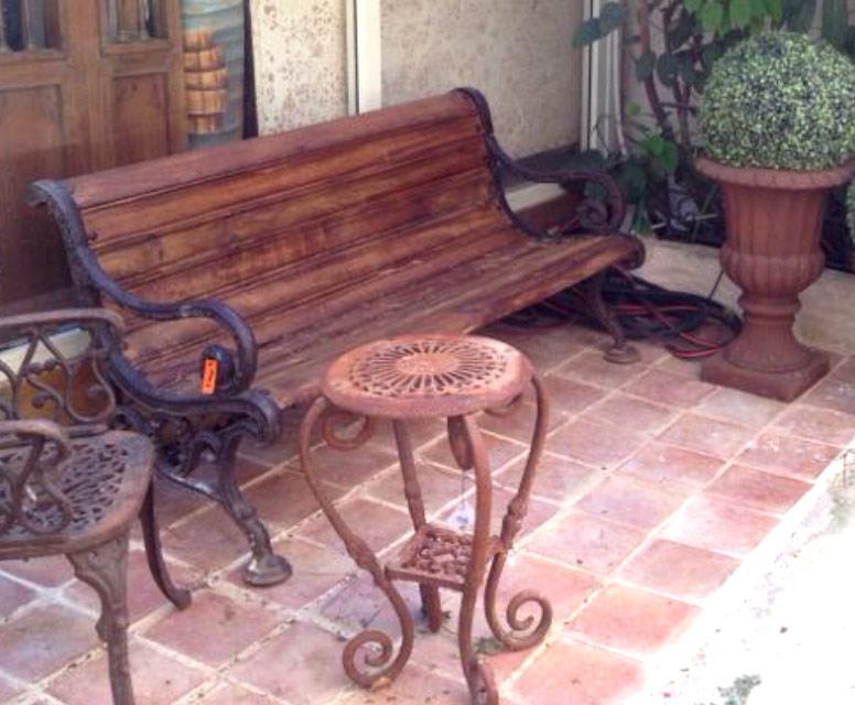 ספסל עץ ורגלי ברזל