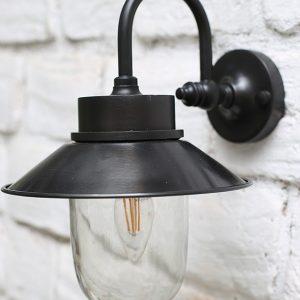 מנורת חוץ שחורה