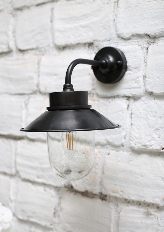 מנורת חוץ מושחרת