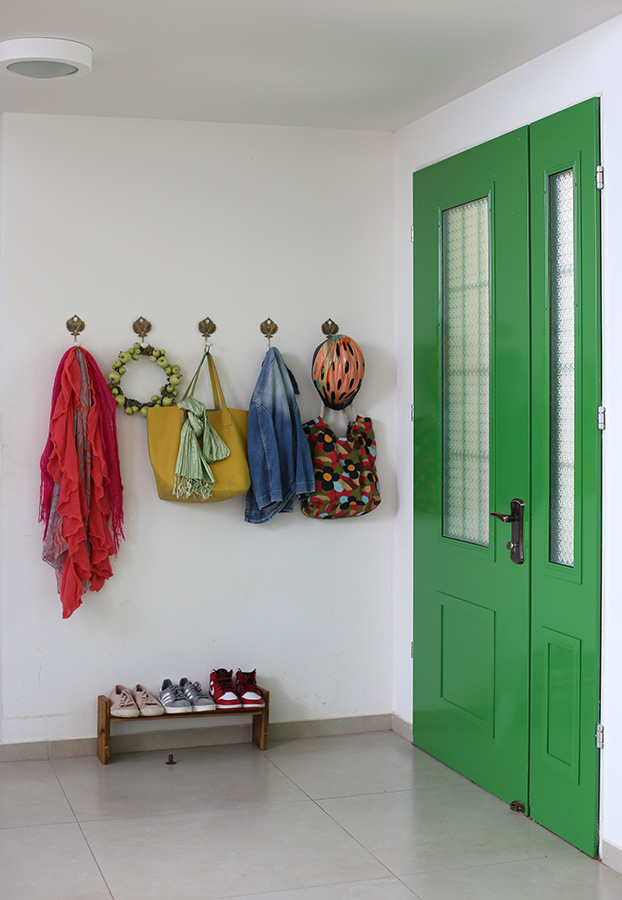 דלת כניסה צבועה בירוק