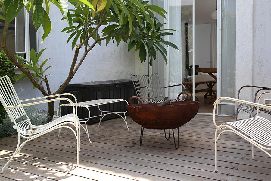 מדורת גן וכסאות נוח מברזל לבנים