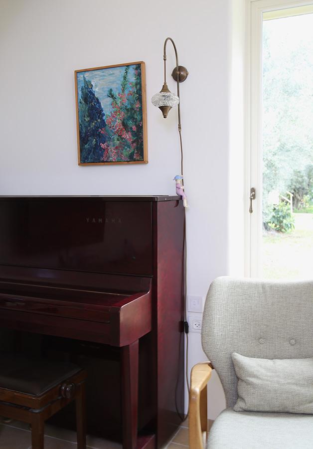 תאורת קיר מעל פסנתר