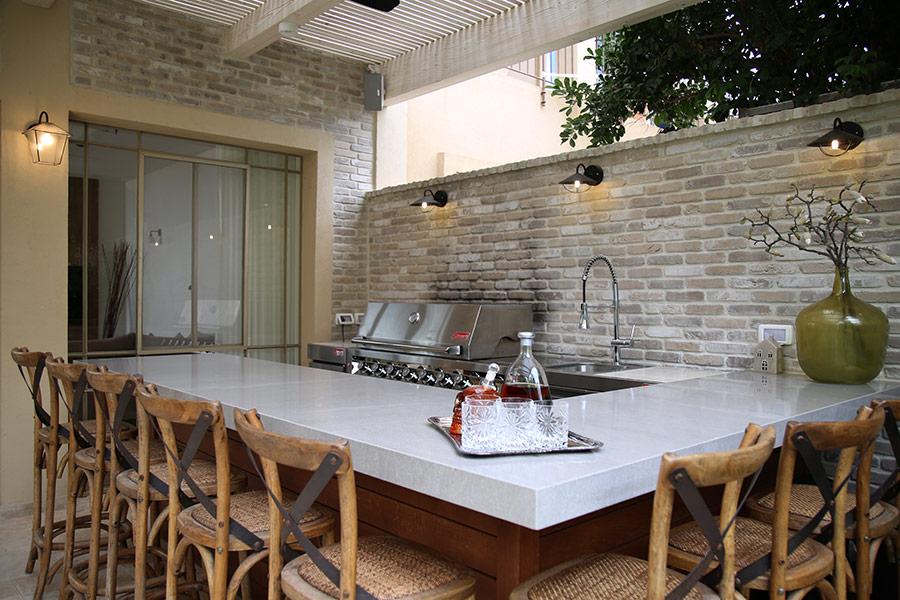 כסאות בר למטבח פתוח בחצר
