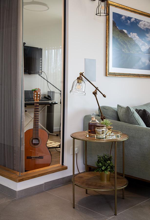 מנורת שולחן וחדר המוסיקה
