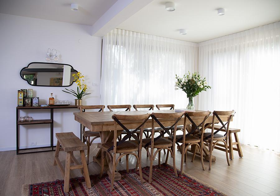 כסאות כפריים ושולחן אוכל מעץ ממוחזר