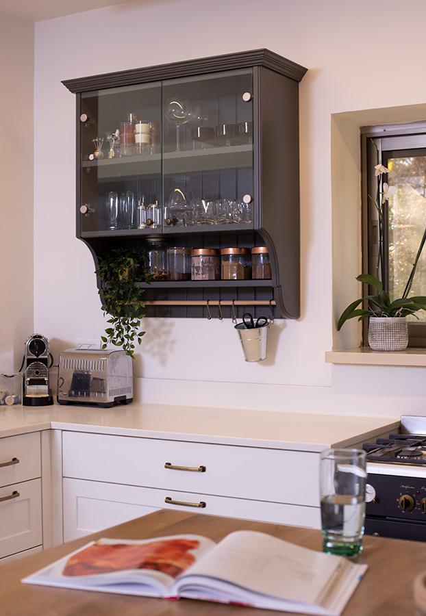 ארון מדפים תלוי במטבח