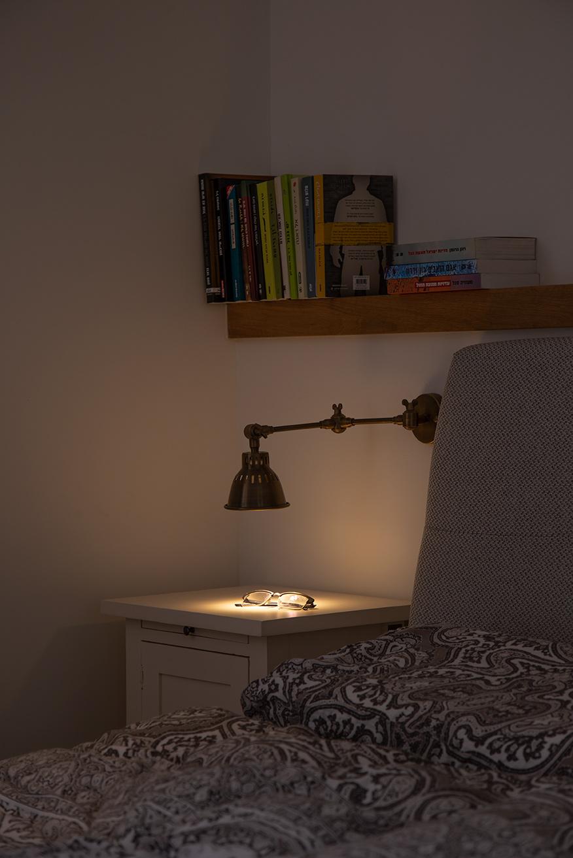גוף תאורה מתכוונן ליד המיטה