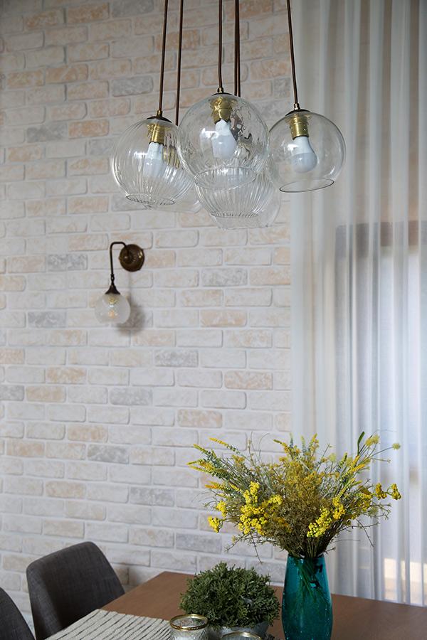 תאורה על קיר בריקים