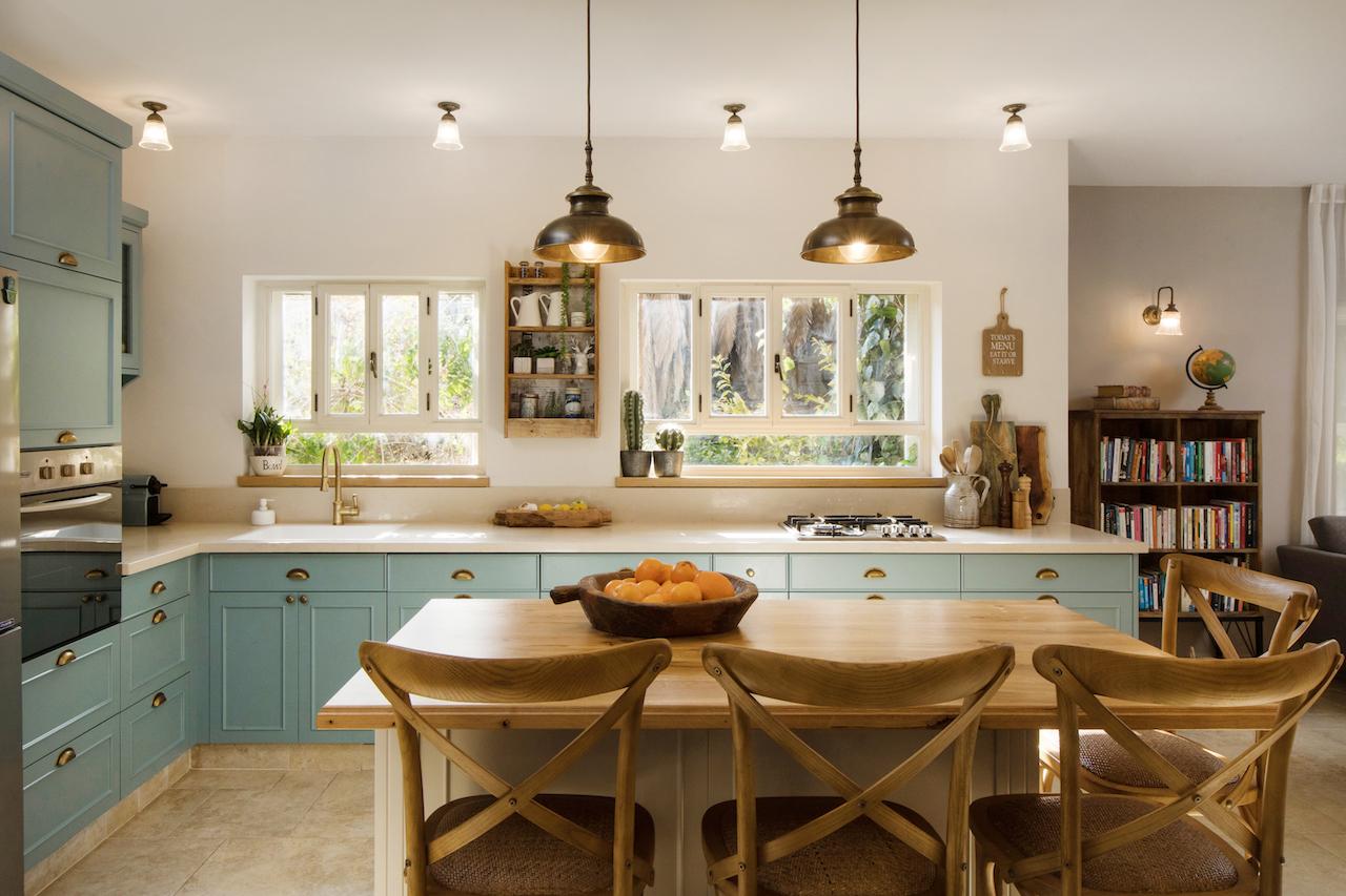 גופי תאורה מפליז מעל האי במטבח