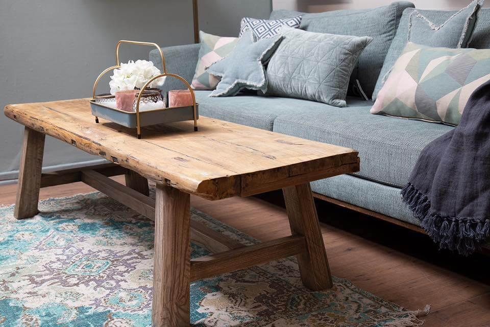 ספה עם שולחן ניטים