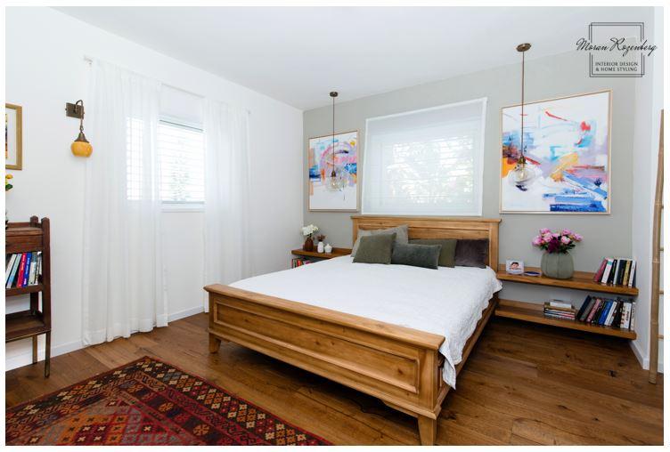 מנורות תלויות בצידי המיטה