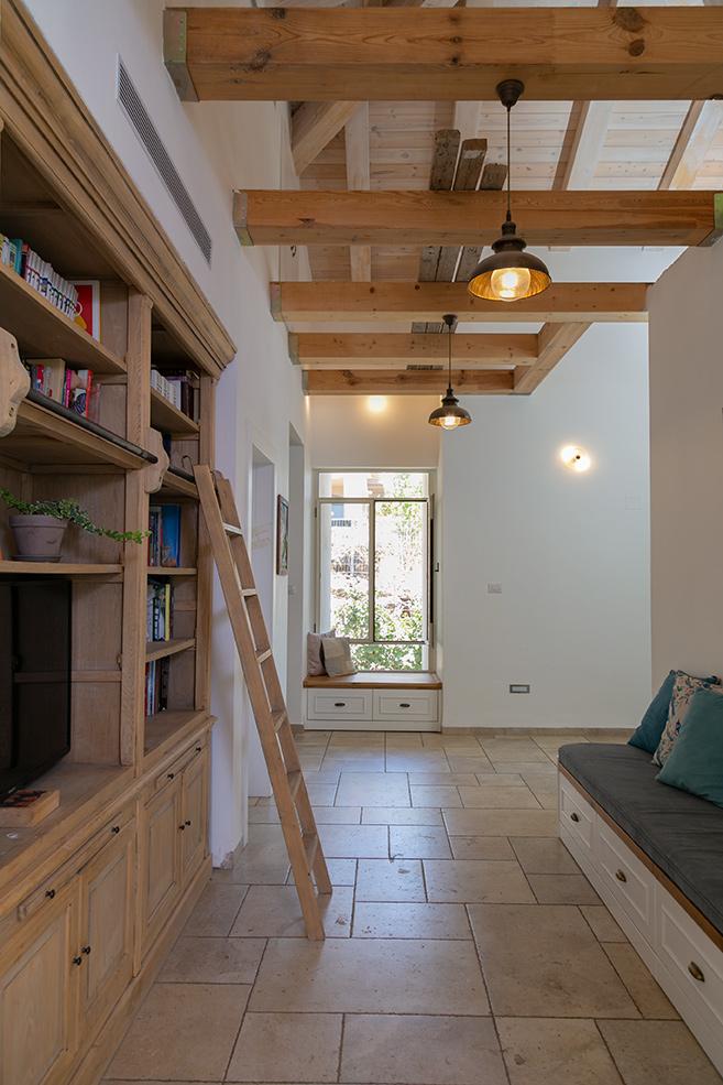 ספרייה מעץ מלא עם סולם