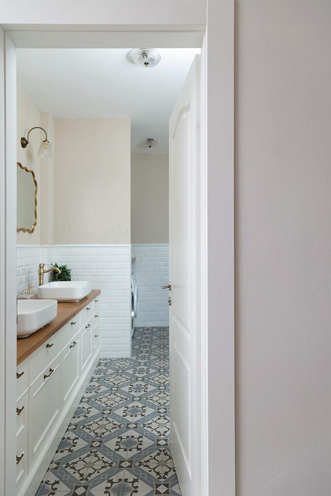 מבט לחדר אמבטיה
