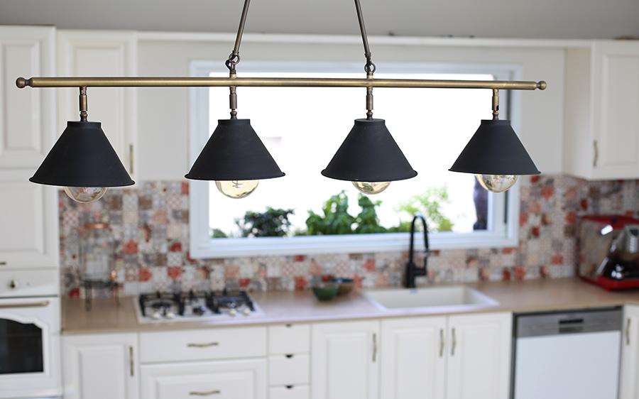 מנורת ביליארד מעל פינת אוכל