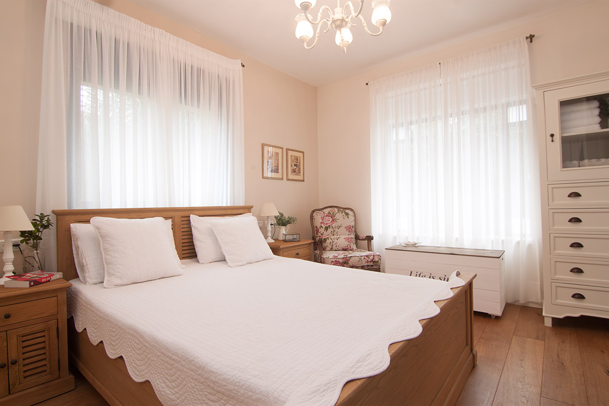 מיטה זוגית כפרית